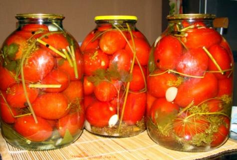 банки с помидорами и малиновыми листьями