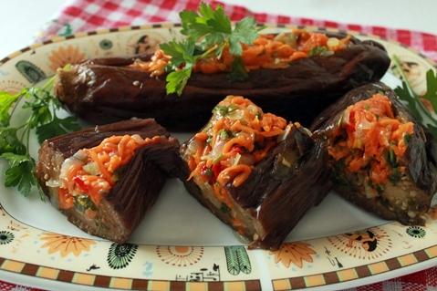 баклажаны квашеные с морковью зеленью и чесноком на тарелке