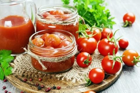 помидоры черри в собственном соку на столе
