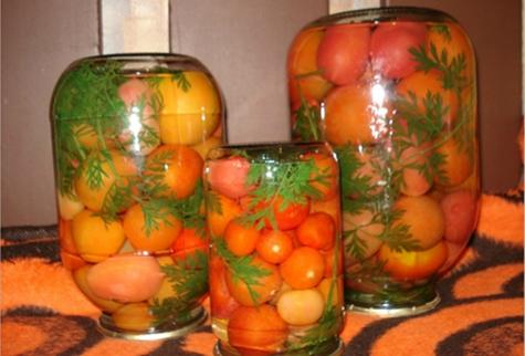 помидоры с морковной ботвой в банках