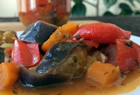 баклажаны по-гречески в тарелке