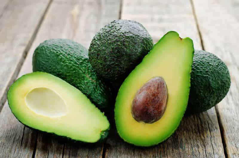 зеленое авокадо