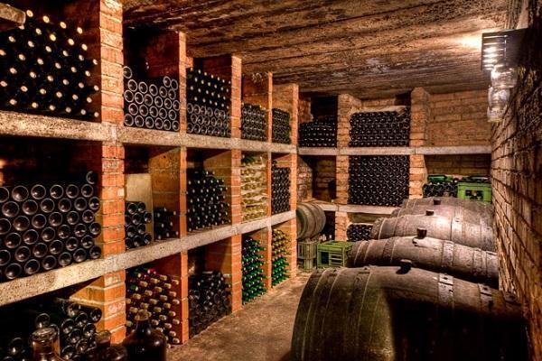 вино в погребе